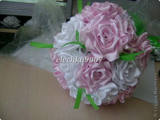 нам понадобится: -готовые цветы (у нас это розы) - проволока (вязальная лучше, ее как не гни, она не ломается!) - клей - кусачки - ткань или сетка - ленты - косая бейка. Фото 9