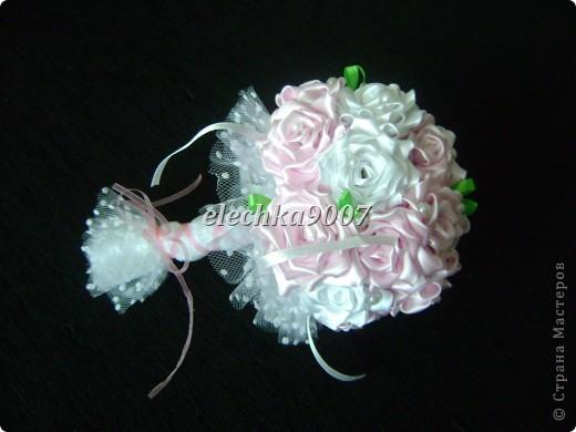 нам понадобится: -готовые цветы (у нас это розы) - проволока (вязальная лучше, ее как не гни, она не ломается!) - клей - кусачки - ткань или сетка - ленты - косая бейка. Фото 13