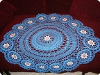 Синяя салфетка с белыми цветами