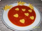 Томатный суп с сердечками из поленты.