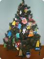 """""""Вот такая Ёлочка!"""" Новогодняя ёлочка украшена поделками первоклассников, изготовленных на ГПД в школе."""