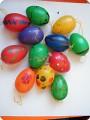 рисунок на пластмассовых яйцах