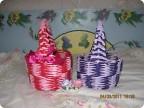 1.корзиночки практически близняшки только раскраска различная. плетение обыденное 2-мя трубочками различного...