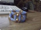 А это тоже квадраты, но другое плетение.Мне этот больше понравилось плести. вот фото голубого браслета.Кривовато для...