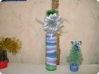 Первый опыт.  Горлышко украсили зелёной мишурой, а цветочек оторвали от новогодней маски и приклеили к горлышку.