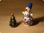 Два Дедмороза и снеговичок.
