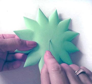 Скоро Новый год, а вы уже сделали себе елку.  Этой елочкой-игрушкой можно украсить помещение или ёлку.