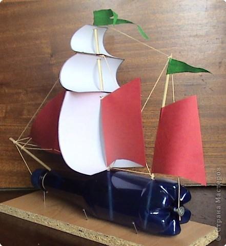 Наступило лето. Многие ребята уехали отдыхать. Предлагаю Вам построить бутылочную флотилию. Корабли можно строить по подобию известных парусников, а можно придумать и самим. На небольших водоемах можно устраивать морские бои, парусные регаты или просто отправлять свои корабли в далекие плавания.  фото 12