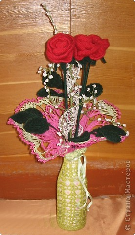 Ваза с розами. Вам потребуются: нитки вязальные (красного, белого, зеленого цвета), нитки «Ирис», катушечные нитки №30 белого цвета, лента для вышивки, пайетки, крючок №2,5; 1,5, клей ПВА, проволока для стебельков розы и гипсофилы. фото 9