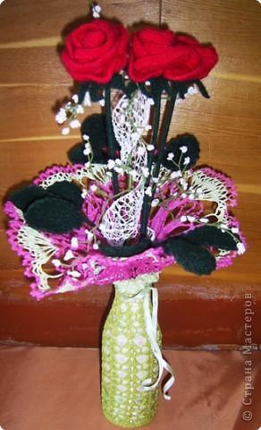 Ваза с розами. Вам потребуются: нитки вязальные (красного, белого, зеленого цвета), нитки «Ирис», катушечные нитки №30 белого цвета, лента для вышивки, пайетки, крючок №2,5; 1,5, клей ПВА, проволока для стебельков розы и гипсофилы. фото 6