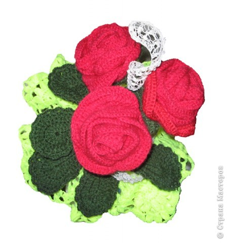 Ваза с розами. Вам потребуются: нитки вязальные (красного, белого, зеленого цвета), нитки «Ирис», катушечные нитки №30 белого цвета, лента для вышивки, пайетки, крючок №2,5; 1,5, клей ПВА, проволока для стебельков розы и гипсофилы. фото 2