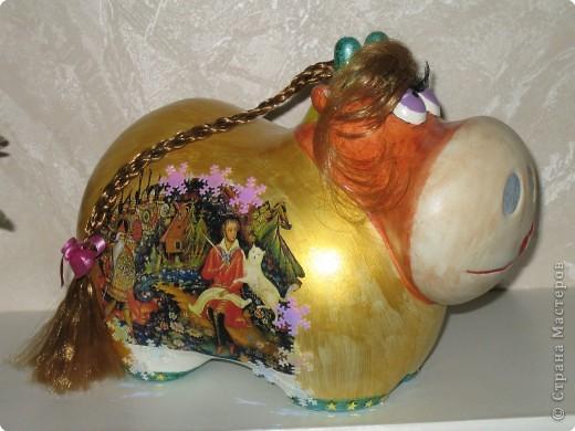 """Общий вид коровки в разных ракурсах. В таком виде, эта поделка была выставлена на Новогодний конкурс в """"Красном Кубе"""". По количеству баллов  и среди поощрительных призов она заняла 30 место из около полутора тысяч коровок конкурсанток. фото 3"""