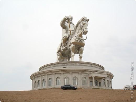 42-х метровая статуя Чингис- хана. Монголы почитают Чингис-хана как величайшего героя и реформатора, почти как воплощение божества. фото 1