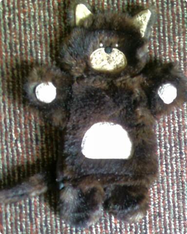Изготовлена из меха,глаза пуговки.Моей крошке очень нравится с ней играть=))