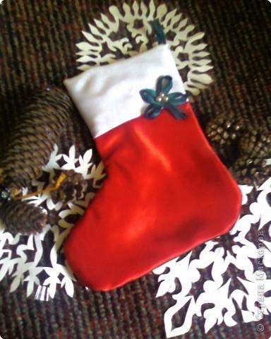 Новогодняя ёлочка на входную дверь.Из настроченных на основу порезанных на полосочки трикотажа зелёного и серого цвета.Полосочки пристрачиваются слоями,начиная с низа ёлочки. фото 2