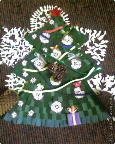 Новогодняя ёлочка на входную дверь.Из настроченных на основу порезанных на полосочки трикотажа зелёного и серого цвета.Полосочки пристрачиваются слоями,начиная с низа ёлочки. фото 1
