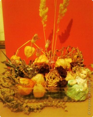 В экспозиции использовала сухие колоски,розы,гвоздики,физалис,бессмертник,сухие веточки из букета цветов,веточки вербы и перышки попугая.В углу посадила куколку. фото 1