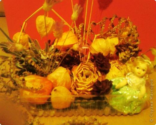 В экспозиции использовала сухие колоски,розы,гвоздики,физалис,бессмертник,сухие веточки из букета цветов,веточки вербы и перышки попугая.В углу посадила куколку. фото 2