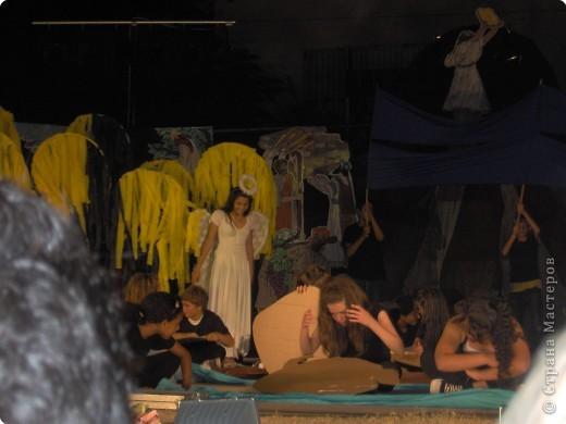 Оформление сцены.Представление проходило вечером на территории школы. фото 6