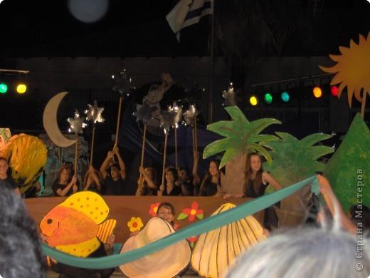 Оформление сцены.Представление проходило вечером на территории школы. фото 7