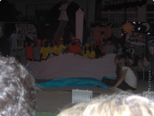 Оформление сцены.Представление проходило вечером на территории школы. фото 9