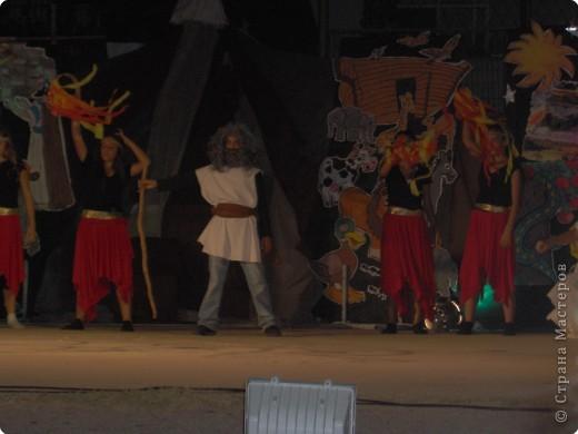 Оформление сцены.Представление проходило вечером на территории школы. фото 12