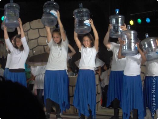 Оформление сцены.Представление проходило вечером на территории школы. фото 17