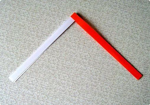 Возьмите две полоски, согните пополам. Пропустите один конец полоски (у меня красный) между белыми. фото 1