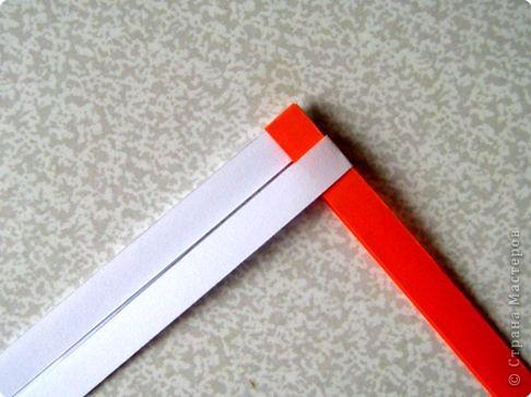 Возьмите две полоски, согните пополам. Пропустите один конец полоски (у меня красный) между белыми. фото 2