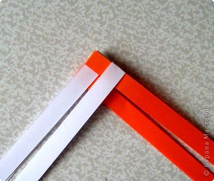 Возьмите две полоски, согните пополам. Пропустите один конец полоски (у меня красный) между белыми. фото 3