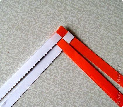 Возьмите две полоски, согните пополам. Пропустите один конец полоски (у меня красный) между белыми. фото 4