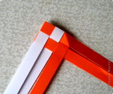 Возьмите две полоски, согните пополам. Пропустите один конец полоски (у меня красный) между белыми. фото 6