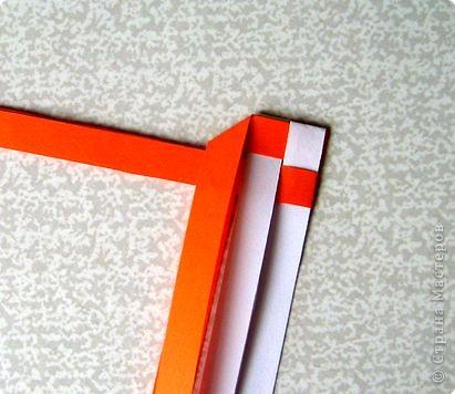 Возьмите две полоски, согните пополам. Пропустите один конец полоски (у меня красный) между белыми. фото 8