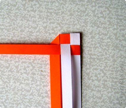 Возьмите две полоски, согните пополам. Пропустите один конец полоски (у меня красный) между белыми. фото 9