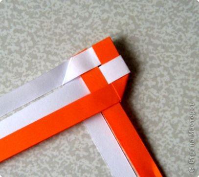 Возьмите две полоски, согните пополам. Пропустите один конец полоски (у меня красный) между белыми. фото 10