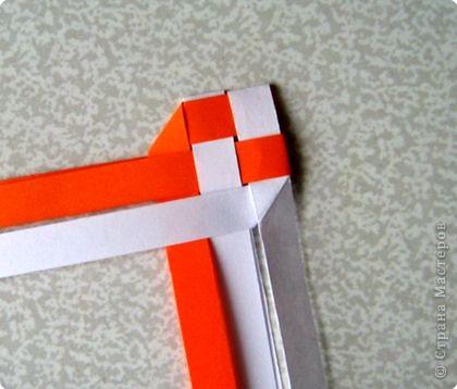 Возьмите две полоски, согните пополам. Пропустите один конец полоски (у меня красный) между белыми. фото 11