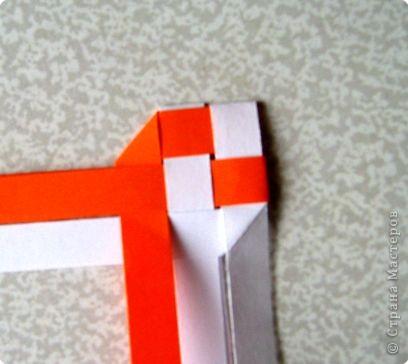 Возьмите две полоски, согните пополам. Пропустите один конец полоски (у меня красный) между белыми. фото 12