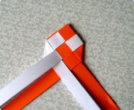 Возьмите две полоски, согните пополам. Пропустите один конец полоски (у меня красный) между белыми. фото 14