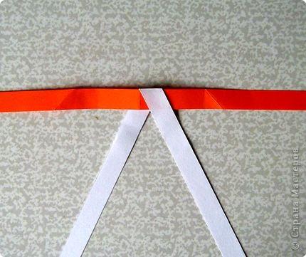 Возьмите две полоски, согните пополам. Пропустите один конец полоски (у меня красный) между белыми. фото 17