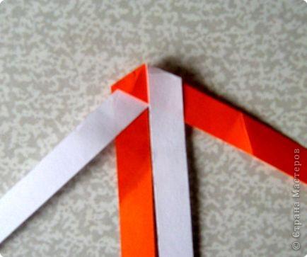 Возьмите две полоски, согните пополам. Пропустите один конец полоски (у меня красный) между белыми. фото 18