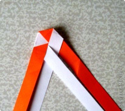 Возьмите две полоски, согните пополам. Пропустите один конец полоски (у меня красный) между белыми. фото 20