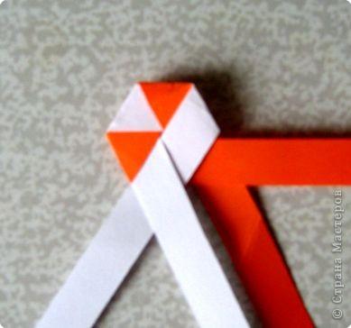 Возьмите две полоски, согните пополам. Пропустите один конец полоски (у меня красный) между белыми. фото 22