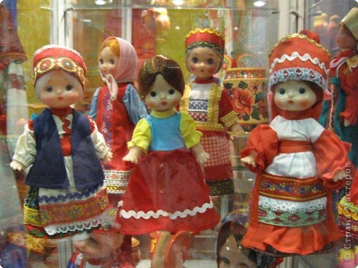 У нас, в Перми, один раз в год проводится большая выставка «Народные промыслы». Проводится как ярмарка – веселая и радужная, песенная и плясовая, добрая и родная – Русская! Здесь можно не только полюбоваться на изделия народных умельцев, но и самому попробовать что-нибудь сотворить своими руками. Ведь здесь открыта целая Аллея Мастеров, где есть гончарная мастерская, уголок камнереза, мастерские ткачества, лозоплетения, работы по бересте, лоскутной живописи. Глаза разбегаются от обилия такой красоты! И всё это можно создать своими руками.  Я приглашаю вас пройтись по нашей Прикамской Ярмарке и вместе со мной вслушаться в ее переливы.   фото 12