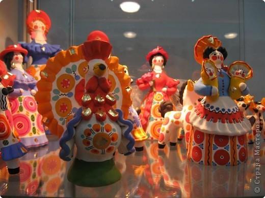 У нас, в Перми, один раз в год проводится большая выставка «Народные промыслы». Проводится как ярмарка – веселая и радужная, песенная и плясовая, добрая и родная – Русская! Здесь можно не только полюбоваться на изделия народных умельцев, но и самому попробовать что-нибудь сотворить своими руками. Ведь здесь открыта целая Аллея Мастеров, где есть гончарная мастерская, уголок камнереза, мастерские ткачества, лозоплетения, работы по бересте, лоскутной живописи. Глаза разбегаются от обилия такой красоты! И всё это можно создать своими руками.  Я приглашаю вас пройтись по нашей Прикамской Ярмарке и вместе со мной вслушаться в ее переливы.   фото 13