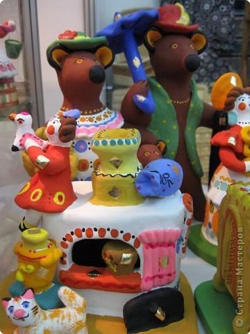 У нас, в Перми, один раз в год проводится большая выставка «Народные промыслы». Проводится как ярмарка – веселая и радужная, песенная и плясовая, добрая и родная – Русская! Здесь можно не только полюбоваться на изделия народных умельцев, но и самому попробовать что-нибудь сотворить своими руками. Ведь здесь открыта целая Аллея Мастеров, где есть гончарная мастерская, уголок камнереза, мастерские ткачества, лозоплетения, работы по бересте, лоскутной живописи. Глаза разбегаются от обилия такой красоты! И всё это можно создать своими руками.  Я приглашаю вас пройтись по нашей Прикамской Ярмарке и вместе со мной вслушаться в ее переливы.   фото 14
