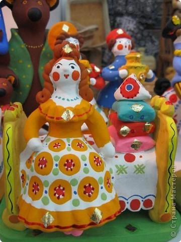 У нас, в Перми, один раз в год проводится большая выставка «Народные промыслы». Проводится как ярмарка – веселая и радужная, песенная и плясовая, добрая и родная – Русская! Здесь можно не только полюбоваться на изделия народных умельцев, но и самому попробовать что-нибудь сотворить своими руками. Ведь здесь открыта целая Аллея Мастеров, где есть гончарная мастерская, уголок камнереза, мастерские ткачества, лозоплетения, работы по бересте, лоскутной живописи. Глаза разбегаются от обилия такой красоты! И всё это можно создать своими руками.  Я приглашаю вас пройтись по нашей Прикамской Ярмарке и вместе со мной вслушаться в ее переливы.   фото 15