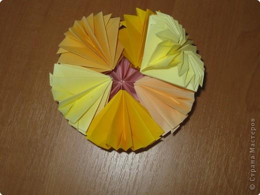 """Автора модели не знаю. Искала в разных источниках - пишут, что схему взяли из книги С.Соколовой """"Бумажные цветы, букеты, кусудамы"""". Может она автор?  Эта кусудама состоит из 12 цветов. Каждый цветок- из 4 деталей. Диаметр 12 см фото 30"""