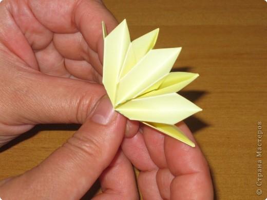 """Автора модели не знаю. Искала в разных источниках - пишут, что схему взяли из книги С.Соколовой """"Бумажные цветы, букеты, кусудамы"""". Может она автор?  Эта кусудама состоит из 12 цветов. Каждый цветок- из 4 деталей. Диаметр 12 см фото 25"""
