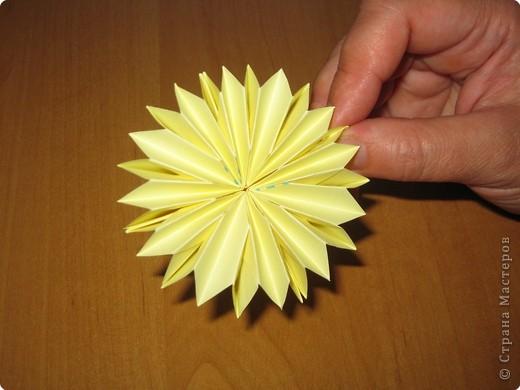 """Автора модели не знаю. Искала в разных источниках - пишут, что схему взяли из книги С.Соколовой """"Бумажные цветы, букеты, кусудамы"""". Может она автор?  Эта кусудама состоит из 12 цветов. Каждый цветок- из 4 деталей. Диаметр 12 см фото 28"""