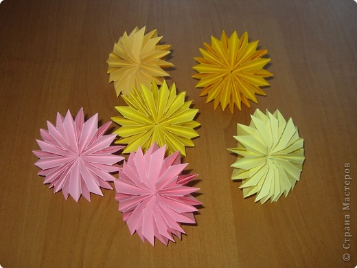 """Автора модели не знаю. Искала в разных источниках - пишут, что схему взяли из книги С.Соколовой """"Бумажные цветы, букеты, кусудамы"""". Может она автор?  Эта кусудама состоит из 12 цветов. Каждый цветок- из 4 деталей. Диаметр 12 см фото 29"""